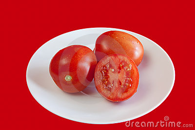 Red-tomatos-on the-white-plate