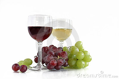 Red and white wine with red and white grapes