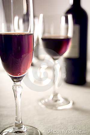 Free Red Wine Glasses And Bottle Royalty Free Stock Photography - 101497