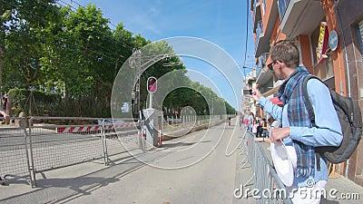 redaktionell Mai 2018 Radrennen in Spanien, Calella Leute betrachten Wettbewerbe stock video footage