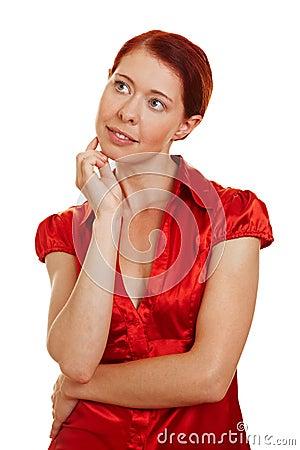Redhaired Frau, die pensivly denkt