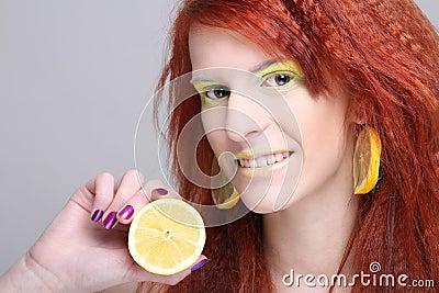 Redhaired kobieta z cytryna kolczykami