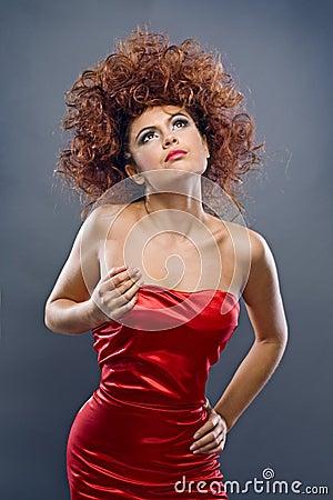 Redheaded Mädchen der Schönheit im Art und Weisekleid