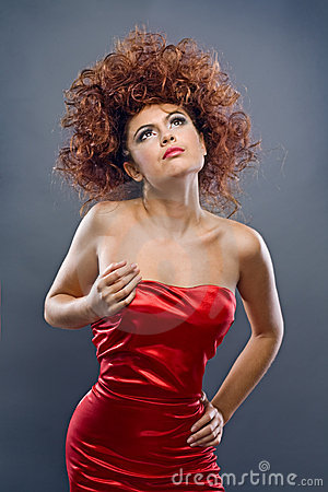 Redheaded meisje van de schoonheid in manierkleding