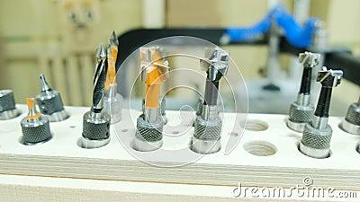 Reeks snijders van verschillende grootte, de moderne machine van de houtbewerkingsboring, close-up stock footage