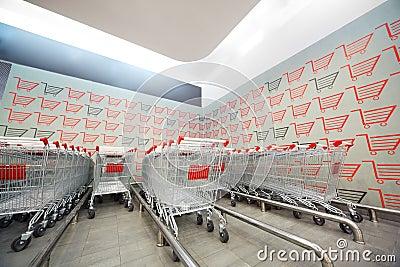 Reeks van het winkelen karretje in supermarkt