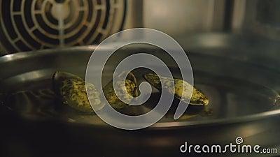 Refei??o do marisco que cozinha o cozimento do forno dos moluscos da receita vídeos de arquivo