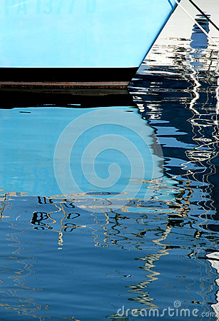 Free Reflections Of The Masts Of A Sailboat Royalty Free Stock Photos - 39464498