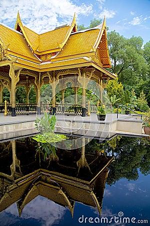 Reflekterad thailändsk paviljong (sala)
