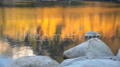 Reflexión de la caída en el lago metrajes