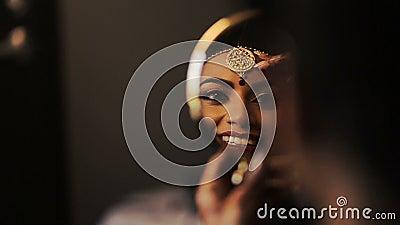 Reflexión de la cara magnífica de la novia india en el espejo almacen de video