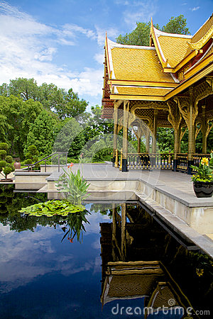 Reflexión de un pabellón tailandés (sala)