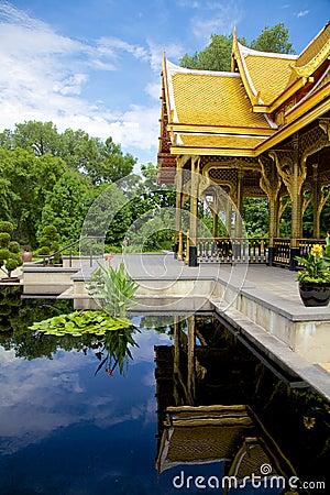 Reflexion eines thailändischen Pavillons (sala)