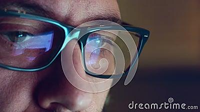 Reflexiones de la pantalla de ordenador sobre los vidrios y los ojos metrajes