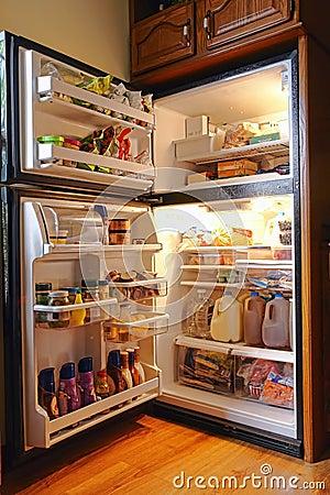 Refrigerador completamente do alimento