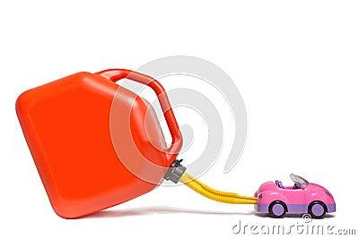 Refueling zabawkarski samochód z plastikowym benzynowym zbiornikiem.