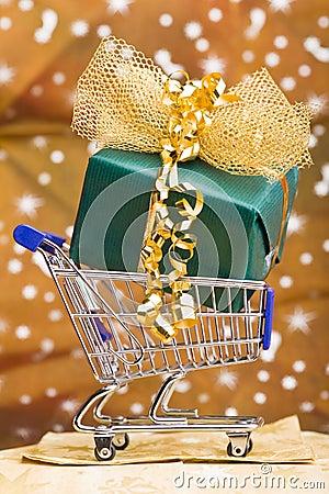 Regalo de la Navidad en carro de compras