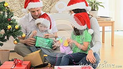 Regalos preciosos de la Navidad de la abertura de la familia almacen de video
