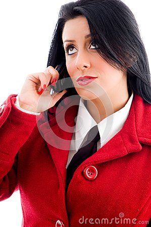 Jeune femme parlant au téléphone et regardant vers le haut