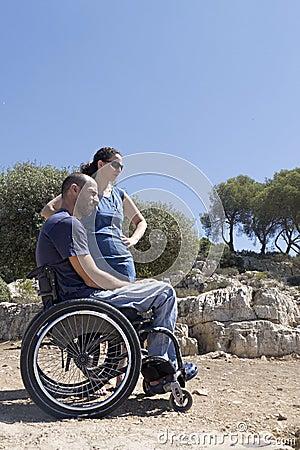 Regard fixe de couples de fauteuil roulant