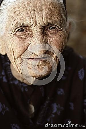 Regard fixe de femme aînée