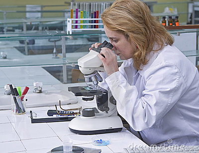 Regard par un microscope