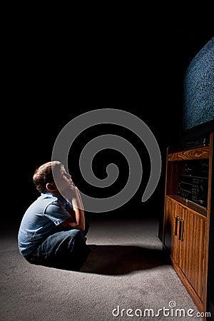Regarder fixement la télévision