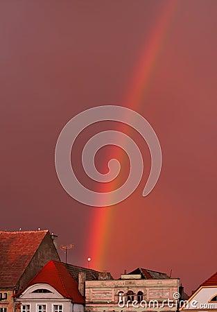 Regenbogen über alter Stadt
