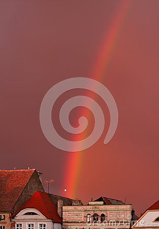 Regenboog over oude stad