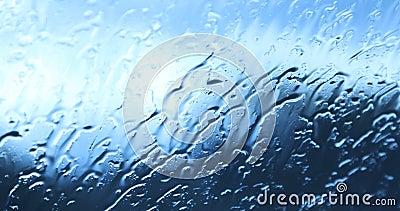 Regenfälle auf dem Autoglas stock video