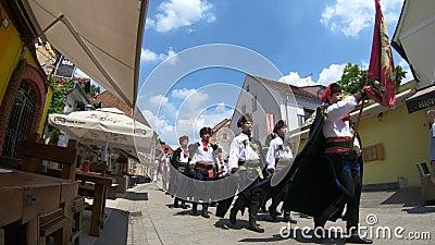 Reggimento del foulard, guardia dell'onore, marzo sulla via di Tkalciceva archivi video