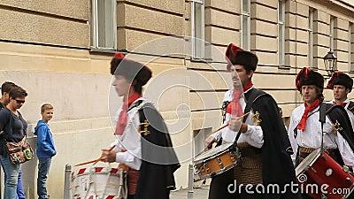 Reggimento famoso che marcia sulle vie di Zagabria, guardia del foulard dell'onore, Croazia video d archivio