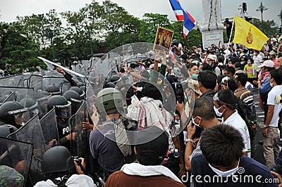 Regierungsfeindliche Sammlung in Bangkok Redaktionelles Bild