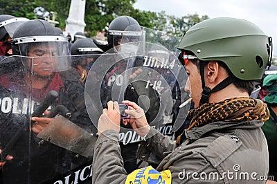 Regierungsfeindliche Sammlung in Bangkok Redaktionelles Stockfotografie