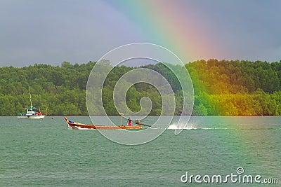 Regnbåge och fartyg på floden på Koh Kho Khao