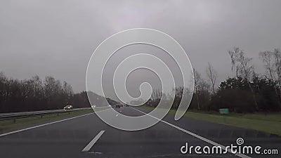 Regnerischer LKW der Autobahnverkehrs-Autos stock video footage