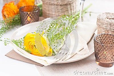 Regolazione festiva della tabella con i fiori