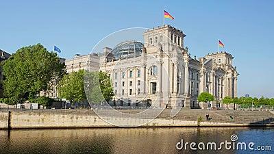 Reichstag die Duitse overheid en rivierfuif in Berlijn bouwen stock video