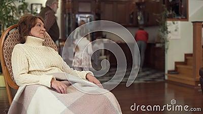 Oma entspannt sich mit einem jungen Stengel