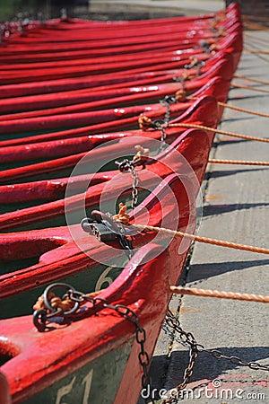 Reihe der Boote mit Seilen und Verriegelungen