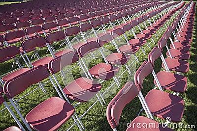 Reihen von leeren Stühlen