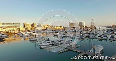 Reisender Schuss des Sonnenuntergangs von Booten auf einem Jachthafen stock footage