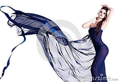 Reizvolle junge Frau, die im blauen Chiffon aufwirft