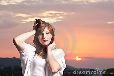 Reizvolles junges jugendlich am Sonnenuntergang