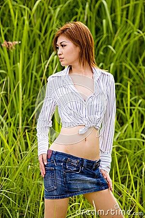 Reizvolles Mädchen im Gras