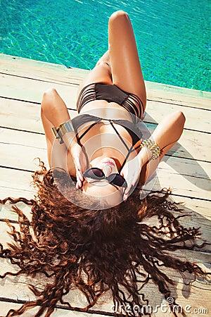 Relájese en la piscina