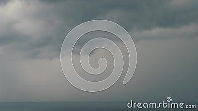Relâmpago sobre o mar com nuvens escuras Tempestade do mar video estoque