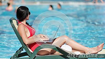 Relaksujący uśmiech młoda wolnomularska kąpiel słoneczna podczas przeglądania komputera na wodzie morskiej zdjęcie wideo