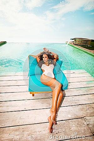 Relaksuje basenem