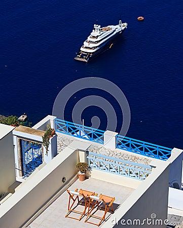 Relaksuje na Santorini wyspie, Grecja